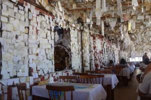 In diesem Restaurant hinterlässt jeder Gast auf einem Zettel seinen Namen,das ganze Restaurant ist mit diesen Zetteln geschmückt
