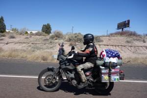 Schaut mal, Peter ist der richtige Amerikaner, jetzt hat er sich eine Flagge aufs Bike gebunden