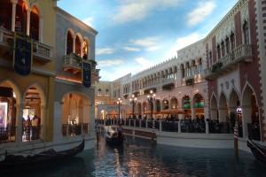 Das künstliche Venedig, schaut mal den Himmel an, das ist innen in einem Hotel ...